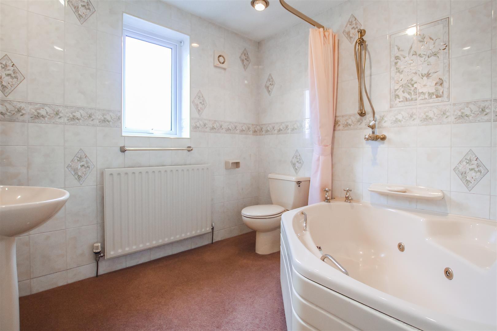 5 Bedroom Detached House For Sale - Bathroom
